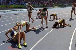 #36 Αθλήτριες ξεκουράζονται μετά από 3.000 μέτρα αγώνα με εμπόδια.