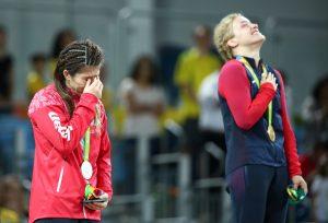 #33 Η Σαόρι Γιοσίντα της Ιαπωνίας κλαίει ενώ δίπλα της πανηγυρίζει η Ελληνο-Αμερικανή Έλεν Μαρούλις που της πήρε το χρυσό στην πάλη γυναικών.