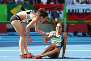 #28 Η Νίκι Χάμπλιν από την Νέα Ζηλανδία (αριστερά) σταματά για να βοηθήσει συναθλήτριά της από της Η.Π.Α. Άμπι Ντ' Αγκοστίνο που χτύπησε από πρόσκρουση, τερματίζει τελευταία αλλά προκρίνεται στον τελικό.