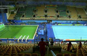 #13 Η πράσινη πισίνα (αριστερά) της κατάδυσης όπου έριξαν μέσα τα λάθος χημικά για την διατήρηση της και έγινε πράσινη.