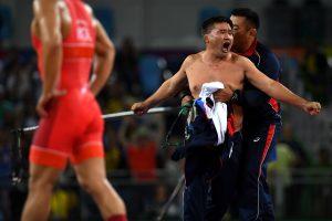 #35 Οι προπονητές της Μογγλίας γδύθηκαν στην μπροστά στους κριτές ως διαμαρτυρία για την ήττα του αθλητή τους Μαντακναράν Γκανζορίγκ από τον Ικχτιγιόρ Ναβρούζοφ του Ουζμπεκιστάν στα 63 κιλά πάλης αντρών.