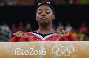 #19 Η 19χρονη Ολυμπιονίκης Σιμόν Μπάιλς ολοκληρώνει το πρόγραμμα της στην δοκό ισορροπίας.