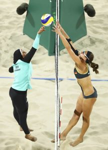 #11 Η στιγμή που η παίκτρια της Αιγύπτου Doaa Elghobashy αντιμετωπίζει την παίκτρια της Γερμανίας Kira Walkenhors στο Beach Volley.