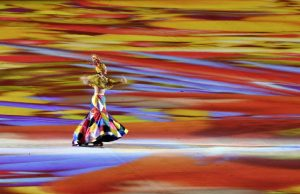 #38 Η Roberta Sá, διάσημη τραγουδίστρια της Βραζιλίας τραγουδάει στην τελετή λήξης.