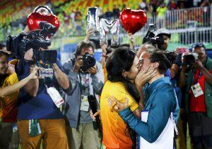 #8 Η παίχτης του Ράγκμπι της Βραζιλίας Ισαντόρα Σερούγιο φιλάει την σύντροφο της μετά από πρόταση γάμου που της έγινε αφού κέρδισε το μετάλλιο.