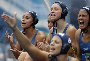 #12 Βραζιλίανες συμπαίκτριες φωνάζουν στην ομάδα τους σε αγώνα πόλο με την Ρωσία.