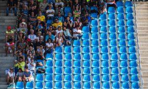 #26 Θεατές κάθονται από την μεριά που έχει ίσκιο σε αγώνα Ιππασίας.