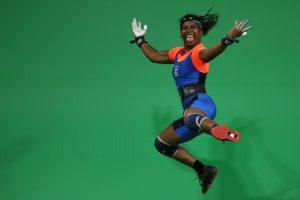 #7 Η Ματλίν Σάσερ των Νησιών Μάρσαλ σε έξαψη από την νίκη της στην άρση βαρών στα 58 κιλών γυναικών.