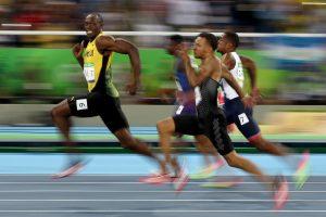 #10 Ο θρύλος Γιουσέιν Μπολτ ποζάρει στο φακό στον ημιτελικό τον 100 μέτρων αντρών.